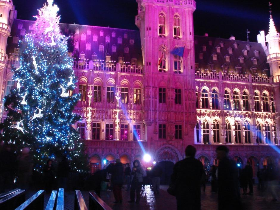 Ziemassvētku laika lāzeršovs Briseles centrālajā laukumā