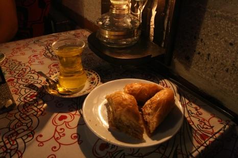 Baklavas un tēja Safranbolu tējnīcā
